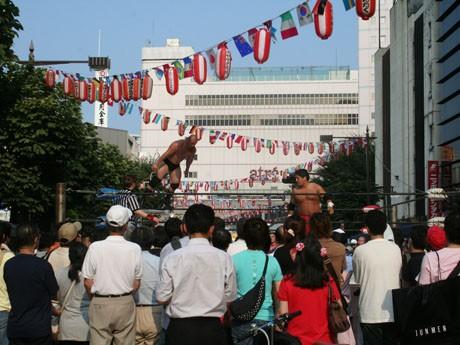 大井町の大井町駅前中央通りで行われた「品川プロレス」には多くの人たちが集まった。