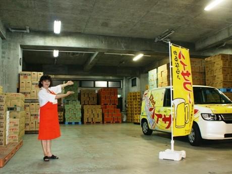 「タモリ倶楽部」の撮影が行われた博水社の倉庫と田中社長。当日は、人気コーナー「空耳アワー」の撮影も行われたという。