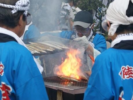 次々に炭火で焼かれる新鮮なサンマ6千匹。目黒通り一帯は、さんまを焼いた煙でつつまれていた。