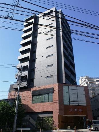 山手通り沿いに建つ「天神湯」。3階~11階は高級賃貸マンション「ルネス・アヴニール」。広さはワンルームで21.21~26,63平方メートル。