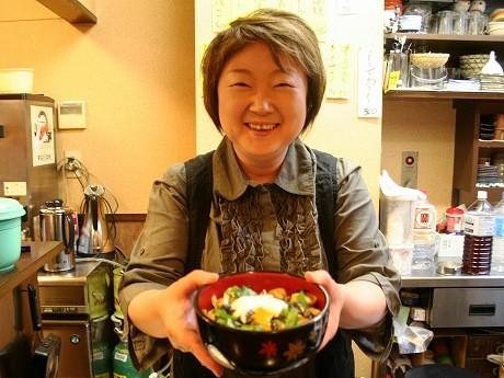 「とりしょう」の金子順子さん。毎月第2日曜に開かれる「品川てづくり市」に合わせて「品川めし」を用意する。