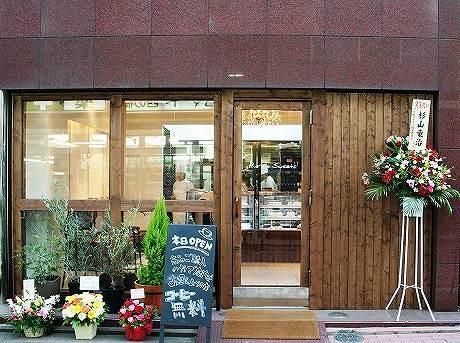 10月13日に白金高輪にオープンした「プリモスイーツ白金店」の外観。店内にはカウンター席が3席あり、イートインする場合はコーヒーの無料サービスも。