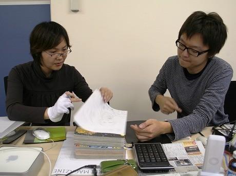 打ち合わせ中の「漫画の新聞」編集長・孫さん(右)と専属漫画家スタッフ。