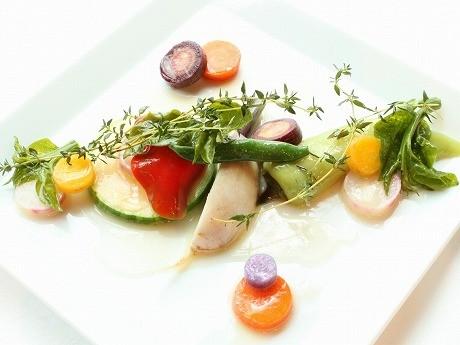 「鎌倉野菜のココット蒸し たっぷりのハーブを効かせて」。「週2~3回、朝市で鎌倉野菜を買いつけているが、毎回が争奪戦。海が近くミネラルが多い土壌のためか、甘みも苦味もはっきりとしている。」(須田さん)。