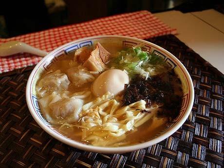 富元さんおすすめの「全部入り(塩)」(800円)。「あっさり味のスープは近隣に少なく、女性のリピーター率が高い」(富元さん)