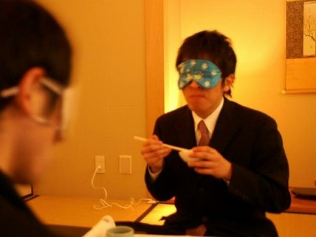 メーンイベントの一つは、目隠しをした状態で南薩摩や品川の特産品の料理を試食する「暗闇ごはん」。