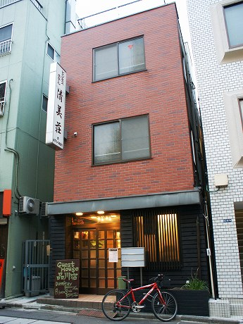 品川宿にオープンしたゲストハウスの外観。もとビジネスホテル「清美荘」を利用。看板は近日取り替える予定だという。