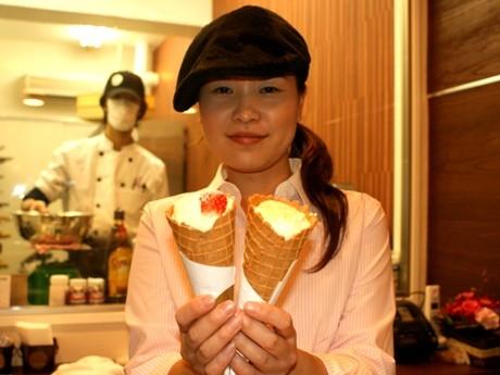オーナーの島倉さんが考案した片手で持ち運びが可能なケーキ「カルクーベ」。「ワッフルコーンの甘みを考えてカスタードクリームは甘さ控えめ」(島倉さん)。