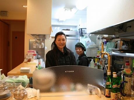 オーナーの齋藤さん(左)。「魔法の粉」の店名は「夢の中に出てきた」という。「昔からわからないことや悩み事があって考え続けていると、解決策が夢の中に出てくることがある」。