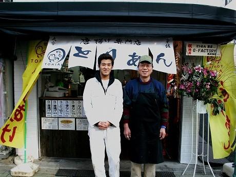 店長の田中さん(左)と戸越銀座在住歴約30年の村山さんが2人で切り盛り。「客層は、土地柄のせいか昼間はおばあちゃん、夕方から主婦や会社帰りの若い人が多い」と村山さん。