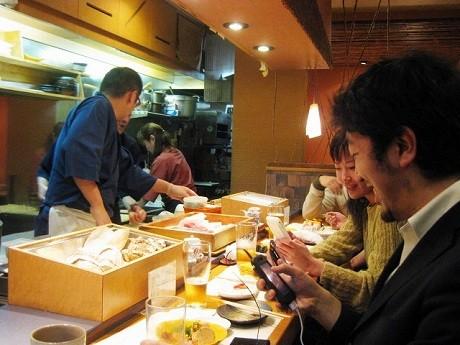 「Twitter割引」を行った「すし処さいしょ」の店内。ツイッターユーザーは寿司を食べながらiPhoneやノートPCを操作し、「さいしょなう」「寿司うまい!」とツイートしていた。
