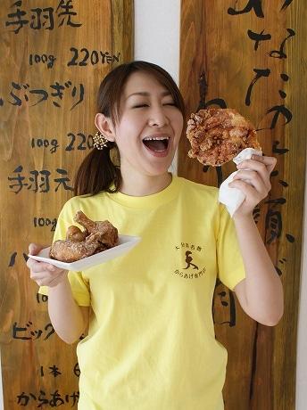 スタッフの長澤さんが左手に持っているのは特大サイズの「ビッグモモ」(1本=650円)。隠し味に果物を使用したタレは「企業秘密」だという。
