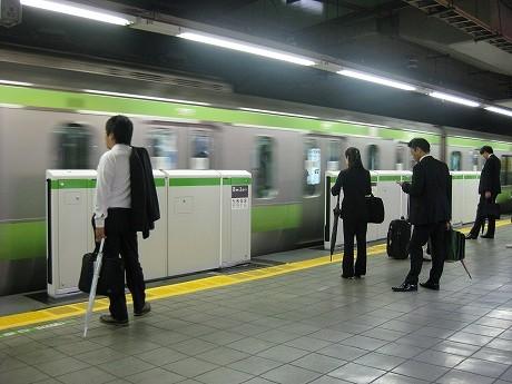 ホームドアの本体が設置されたJR目黒駅の1番ホーム。目黒駅の稼働は8月28日を予定している。