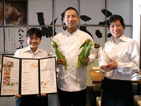 「韓国料理 いふう 五反田店」の川崎緑店長、岡田料理長、この春入社したばかりのスタッフ永木恵子さん(右から)。