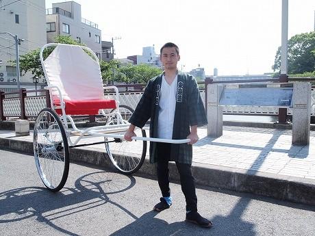 佐藤さんと新しい品川人力車。佐藤さんも「お気に入り」だという目黒川を臨む橋の上で。