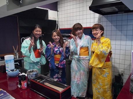 「晶太の娘たち」の女性スタッフが、四季折々の衣装で出迎えてくれる。「大学生やOLさんのアルバイトを歓迎している」(岡さん)。