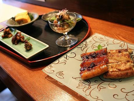 ウナギの蒲焼や白焼き、珍味などが味わえる「うなぎセット」(5,000円)。