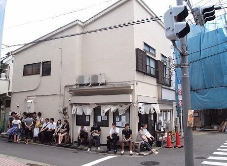 7月28日、平日にもかかわらず、オープン前には13人が並んだ。この日一番乗りで新宿から来た男性は「つけめん」を注文。「東京店には行ったことがあるが本店は初めて。おいしい」とスープ割りを頼み、満足した様子で帰って行った。写真は11時ごろの様子。