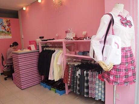 「ルーシーポップ」の店内。店頭のマネキンが着用しているスカートは雑誌に貸し出し、AKB48内のユニット「渡り廊下走り隊」のメンバーが着用したという。