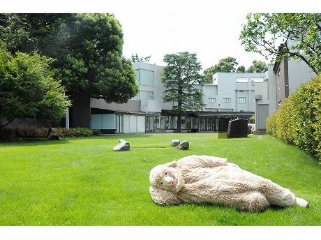 28日・29日開催の「LOOKING FOR THE SHEEP」では、1匹のヒツジが案内役。原美術館は実業家・原邦造さんの邸宅として1938年に竣工し、1979年に原美術館として開館した。