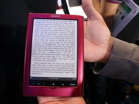 参考商品として展示された海外モデルの電子書籍リーダー。「スマートフォンおよそ1台分の軽さ」でテキストが中心。