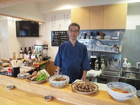 店主の角田さんは「おでんは店によって味も違うし、すぐ食べられるところが魅力」と話す。
