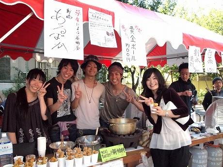「さつま・すんくじらの恵み~食と酒の祭典2010~」に出店した「居酒屋あるばか」のスタッフ。新橋に9月にオープンしたばかりで、経営などすべて学生のみで行っているという。