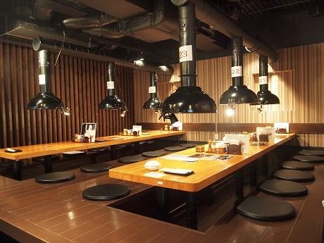 「塩ホルモン酒場 北海道ヤシチ 五反田店」の店内。