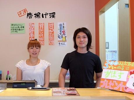 店主の原口啓さん(右)。店内は女性客を意識し、「清潔感あふれる」内装に。