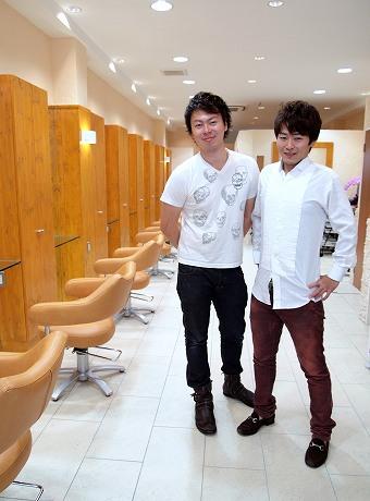 店長の菅沼さんとスタッフの小原さん。エクリグループでは「お出迎え」と「お見送り」の握手が恒例