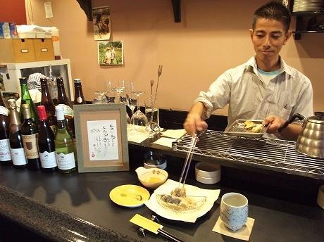 店主の横田恭一さん。店名は、衣に卵黄が多く使った天ぷら「金ぷら」の「金」と安心・安全の「安」から。一方、衣に卵白を多く使う天ぷらは「銀ぷら」と呼ばれていたという