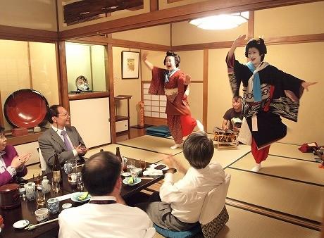 芸者による舞の披露を楽しむ参加者たち