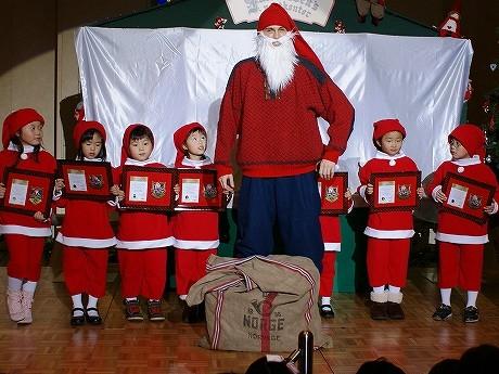 日本で親しまれているサンタクロースとは一風変わったニッセとリトルニッセに任命された児童10名