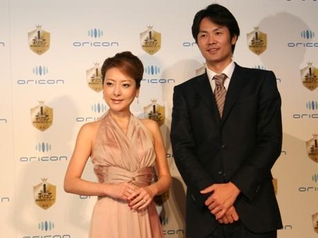 左=タレントの西川史子さん、右=オリコンDDの米谷昭良社長