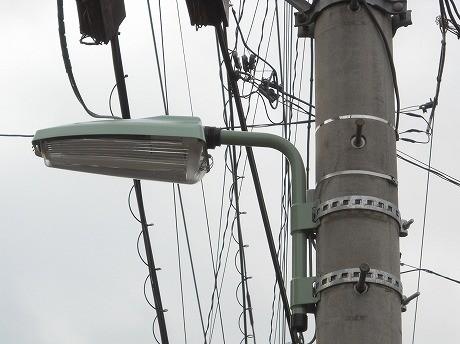 すでに設置されている省エネ街路灯「FHPコンパクト形蛍光灯タイプ」。品川区の街路灯のほとんどが電柱に取り付けるタイプのもの