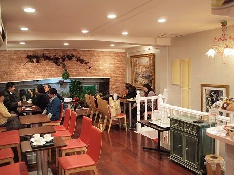男性客が多い「カフェ・ド・キネマ」とは雰囲気をがらりと変えた店内