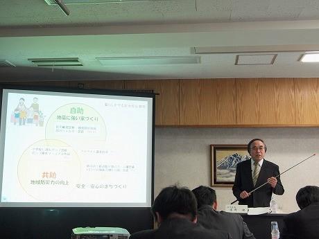 予算案を発表する濱野健区長
