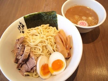 「らぁ麺 汁八番」の「濃厚魚介つけ麺」(780円)。途中からユズコショウをかけるのが「おすすめ」だという。