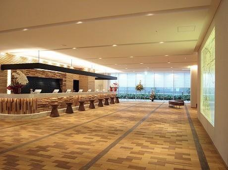 写真はホテルのロビー。3月11日に内覧会が行われたが、東日本大地震の影響で中止となった