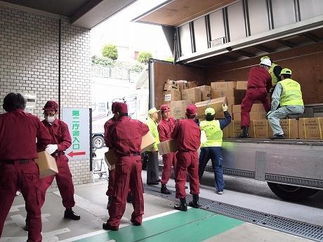 朝10時から品川区役所職員と目黒駅前商店街振興組合のメンバーが積み込みを行った