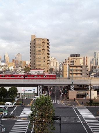北品川駅から新馬場駅へ向かう京急の車両。品川神社より撮影
