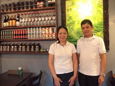 オーナーの及川さん(左)と料理長のソムチャイさん