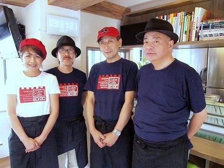 キューブカフェのスタッフと松田さん(右から2番目)。店名の「キューブ」は、品川の「品」がキューブ3つであることにも由来している