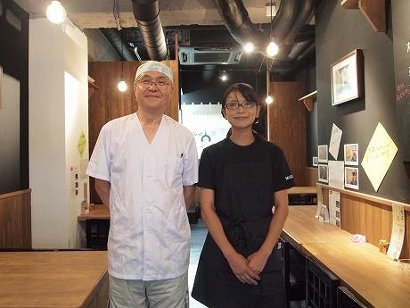 索餅のオーナー、平野さん(左)とスタッフ