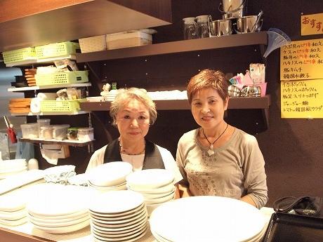 韓国家庭料理を手作りする清美さん(左)と梁川さん。店名は韓国のアイドルグループ「KARA」とは関係がないという
