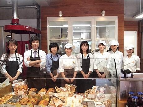 鈴木将人社長(左から2番目)と早川沙織店長(左から3番目)とスタッフ