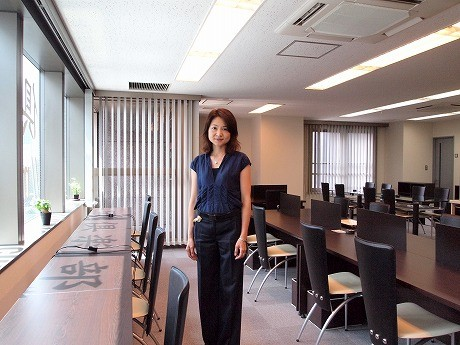運営を行うフレキシブル エンタプライズの田中ひろみさん。「三田倶楽部」はレトロモダンをイメージして命名したという
