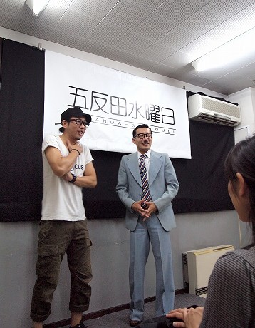 初のトークライブを行ったイワイガワの井川修司さん(左)と岩井ジョニ男さん