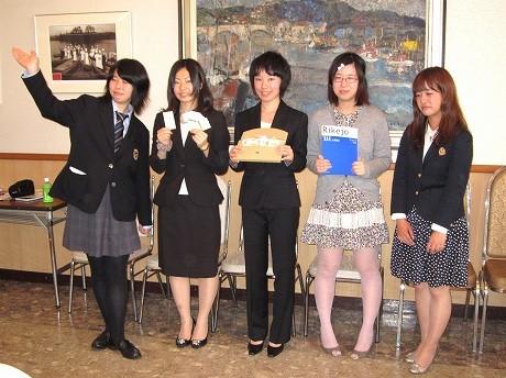 「シャペロン」のメンバー。一番左が高橋夏野子さん。写真提供/講談社「理系女子応援サービス」広報事務局