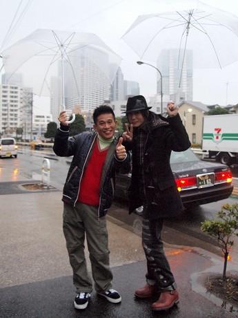 雨の中、無事ロケを終えた京本正樹さん(右)と柳沢慎吾さん
